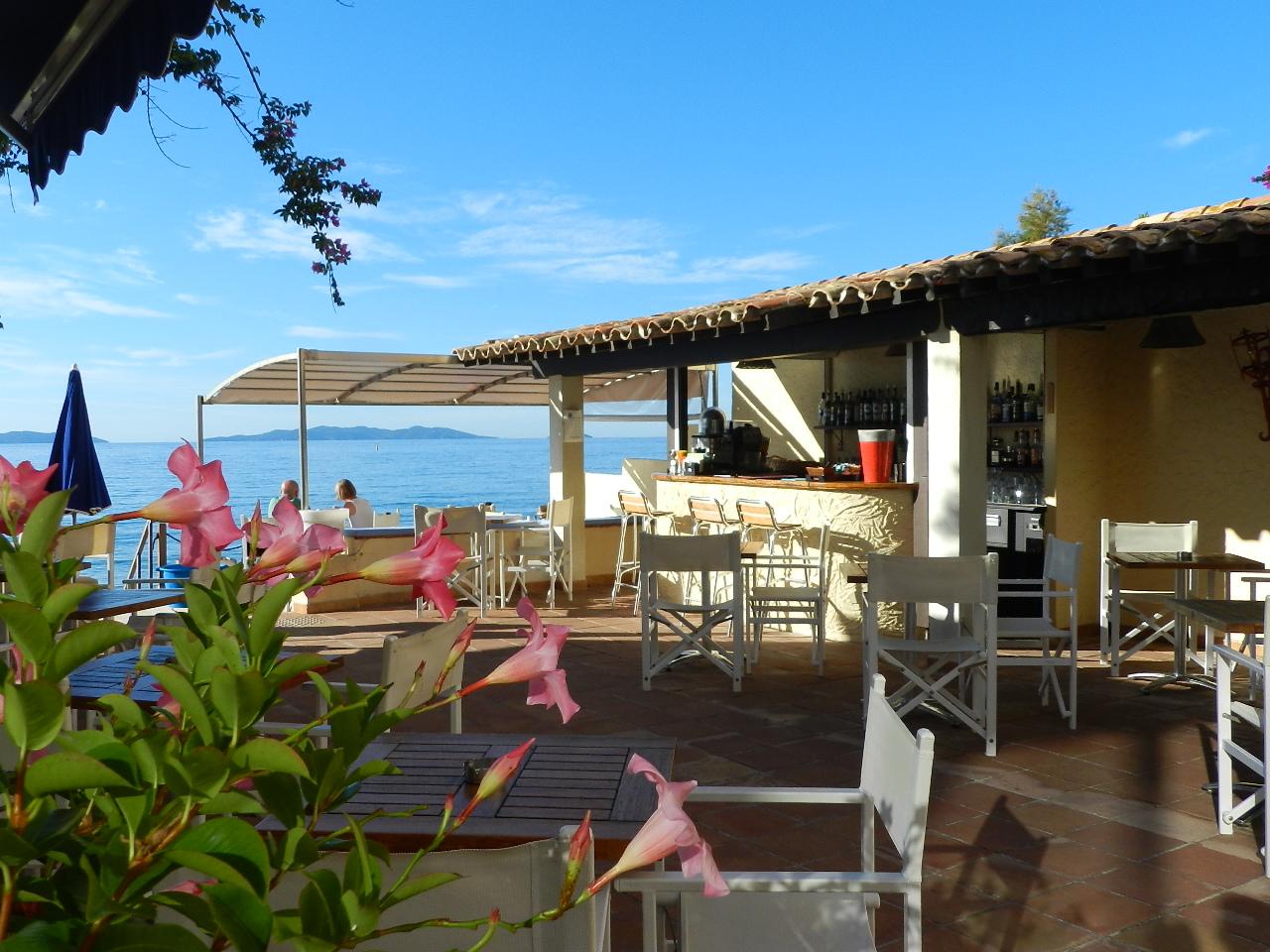 Bar et terrasse en bord de mer